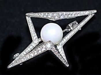 Брошка фирмы Xuping. Цвет: родий. Камни: белый циркон и жемчуг. Высота: 3 см. Ширина: 4,5 см.
