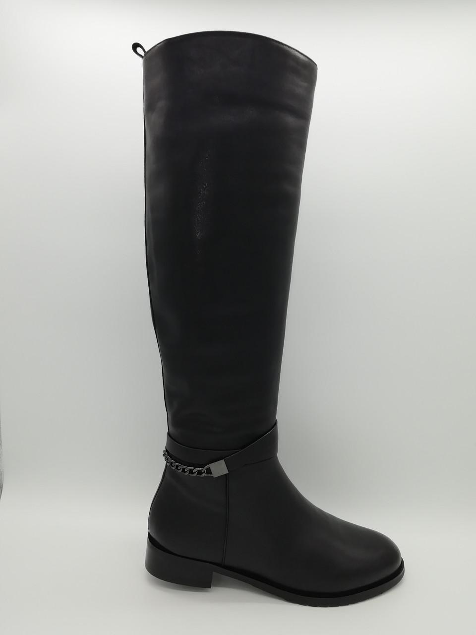 Черные кожаные зимние сапоги.