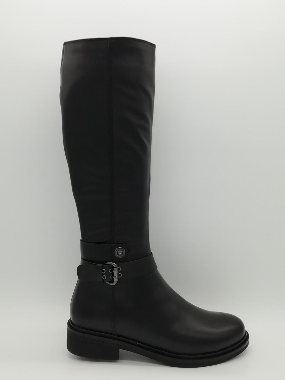 Чорні шкіряні зимові чоботи.
