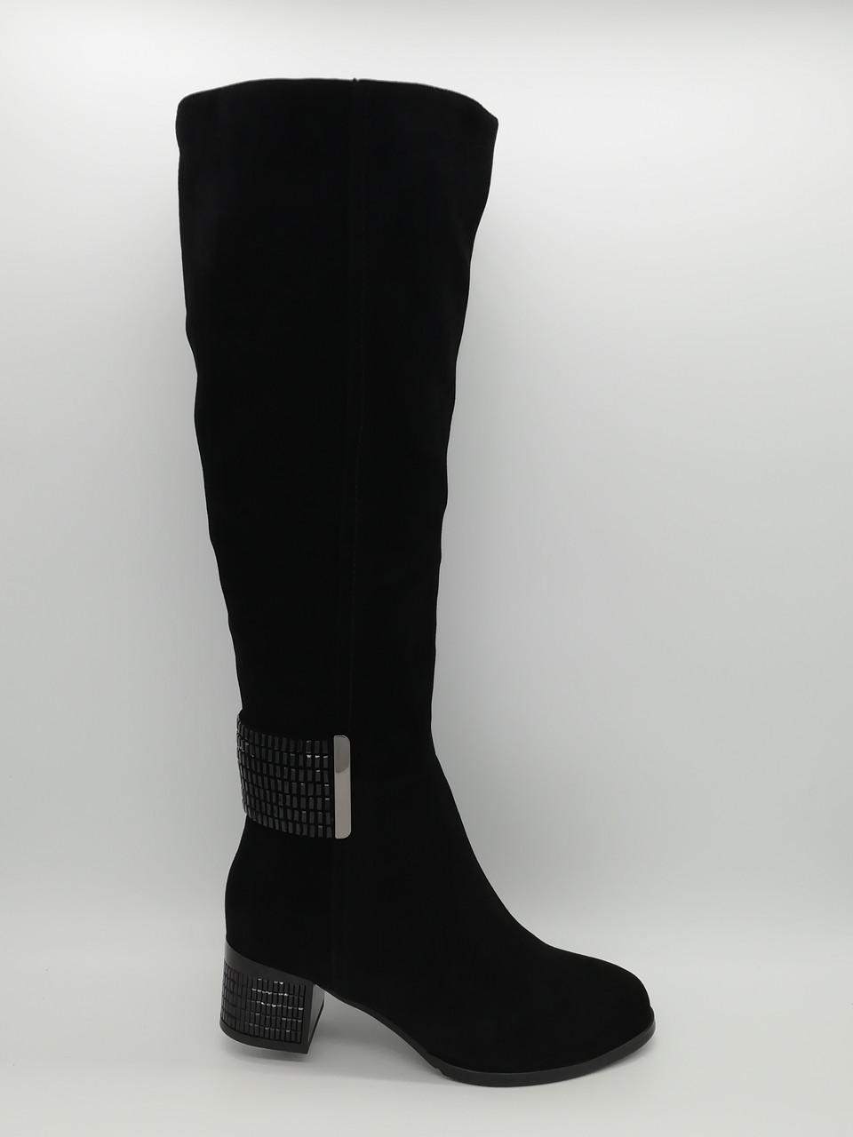 Замшевые черные зимние сапоги с широким голенищем.