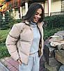 Объемный дутый зимний пуховик куртка мини короткий с карманами капюшоном песочный бежевый, фото 5