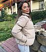 Объемный дутый зимний пуховик куртка мини короткий с карманами капюшоном песочный бежевый, фото 4