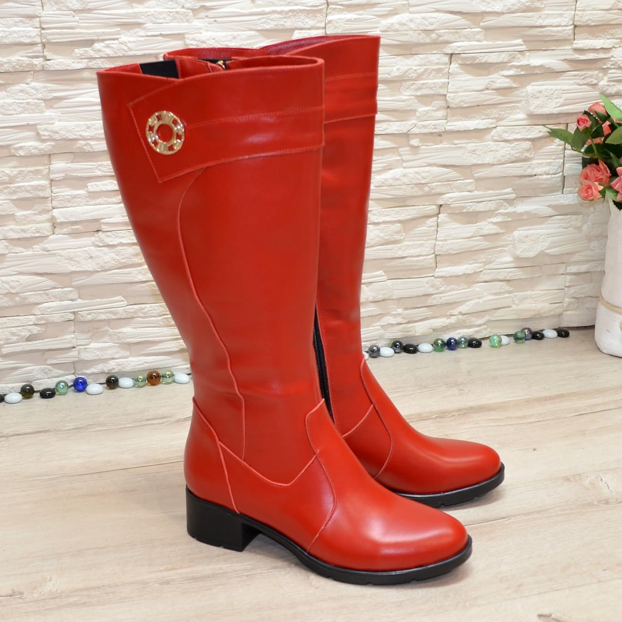 Сапоги красные кожаные на невысоком каблуке, декорированы фурнитурой