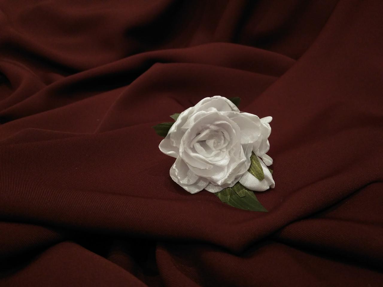 Шпилька для волос с цветами белая