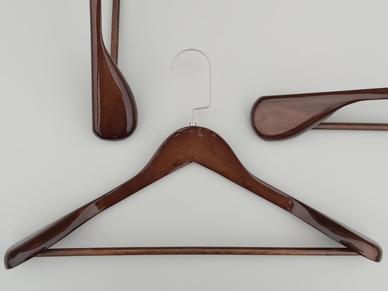 Длина 45 см. Плечики вешалки тремпеля деревянные широкие  коричневого цвета с многослойным покрытием лаком.