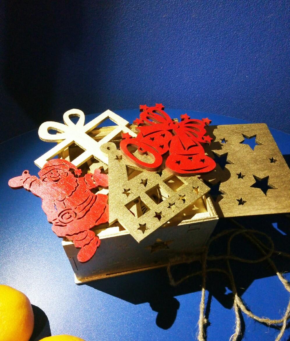 Деревянные игрушки на елку в коробке (цвет-золото+красный), набор елочных игрушек из дерева