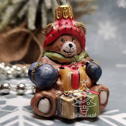 Стеклянная елочная игрушка Мишка в шапке с подарками (мини) Irena, фото 2