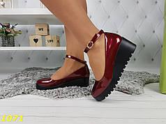 Туфли на невысокой танкетке с застежкой бордо марсала