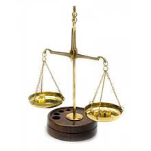 Весы с гирьками из бронзы на деревянной подставке