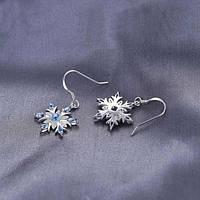 Серебряные серьги в виде снежинок с голубыми фианитами