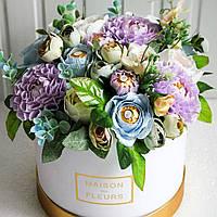 Уникальный яркий букет ручной работы с конфетами в шляпной коробке на подарок