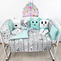 Комплект бортиков и постельного в кроватку с игрушками и плюшевыми подушками в мятно-серых тонах