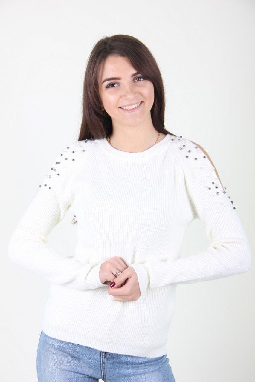 Молочный свитер с бусинами