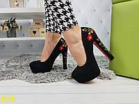 Туфли на толстом каблуке с вышивкой красная подошва