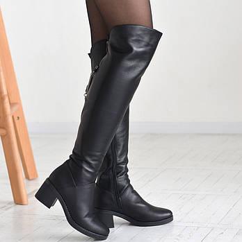 Черные кожаные ботфорты на невысоком каблучке