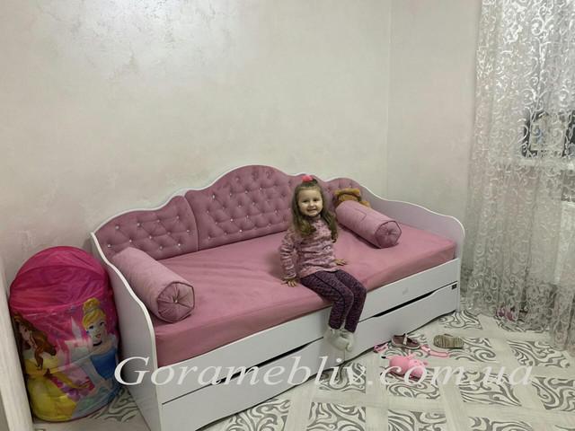 """На фото: детская кровать белого цвета с розовой спинкой для девочки """"Л-6"""" в интерьере"""