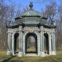 Памятник с резьбой и накрытием