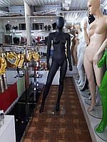 Женский матовый манекен на стеклянной подставке