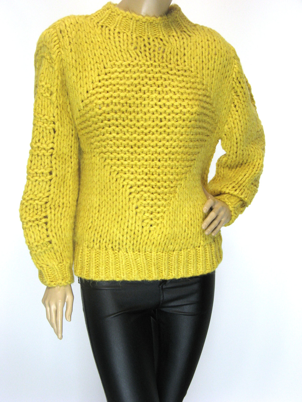 Жіночий грубої вязки светр жовтого кольору