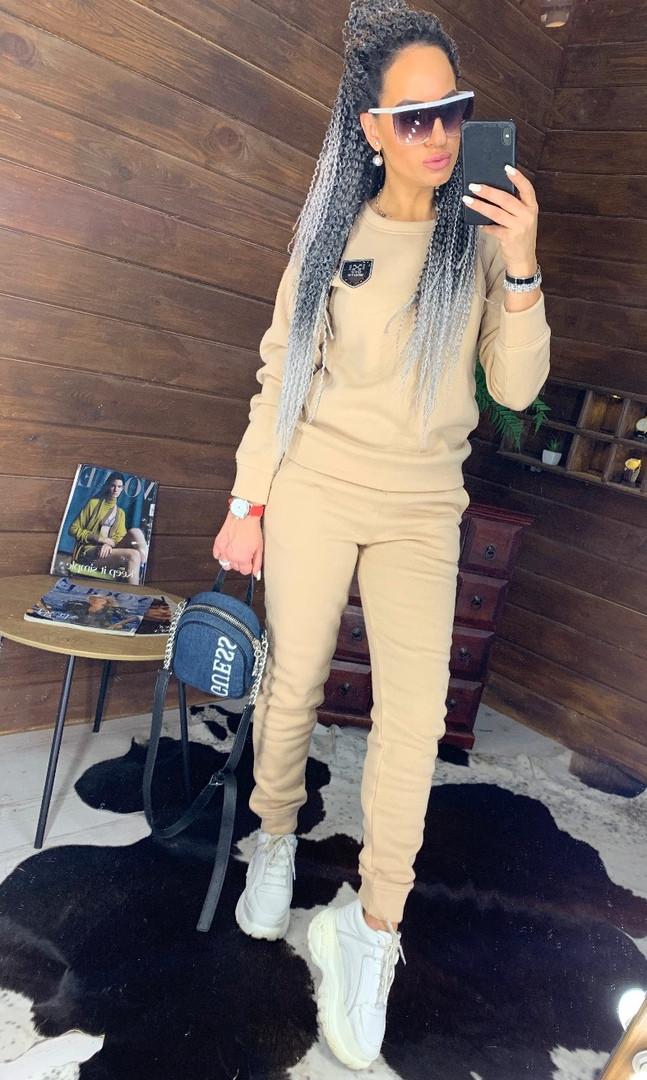 Утепленный женский брючный костюм на флисе с шивроном 4410359