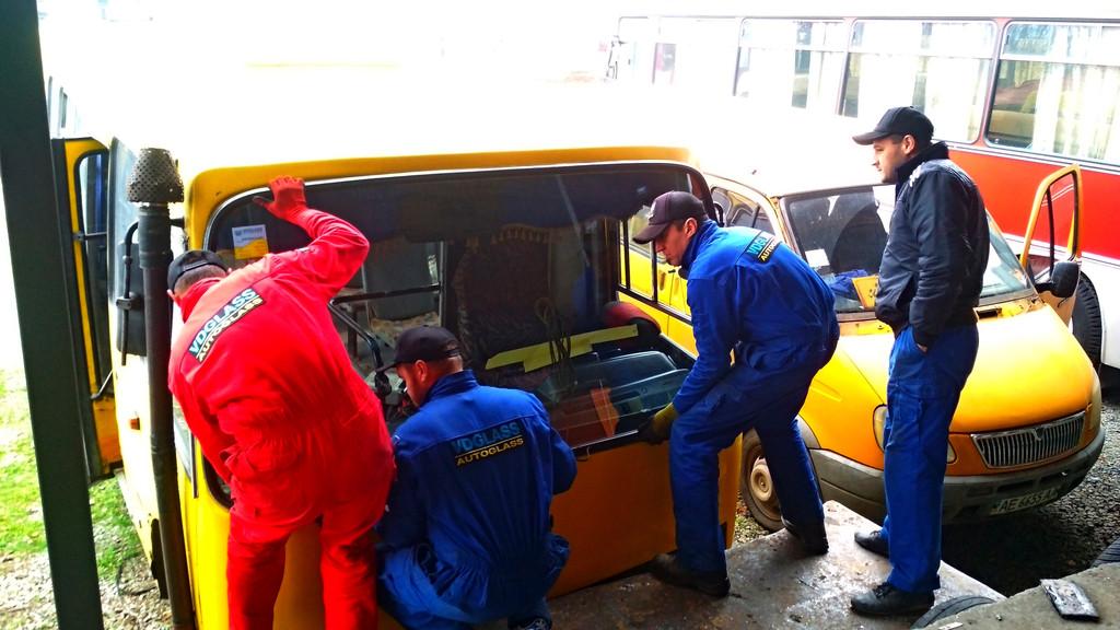 Производство и замена лобового стекла триплекс на автобусе Богдан А 91 в Никополе (Украина).