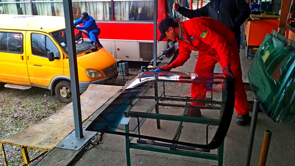 Производство и замена лобового стекла триплекс на автобусе Газель 3221  в Никополе (Украина).