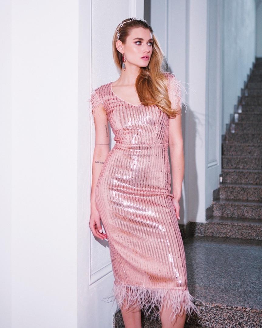 Женское нарядное  платье-миди с пайетками и перьями,пудрового цвета