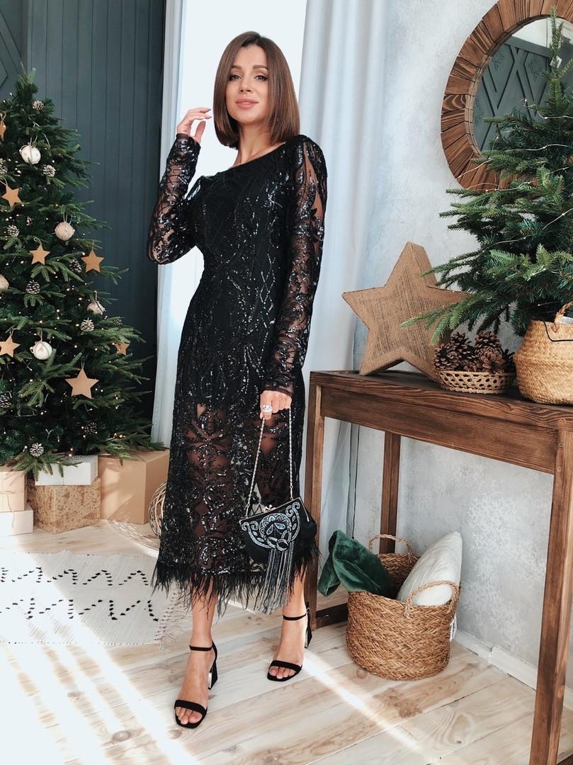 Шикарное женское платье черного цвета с пайетками и перьями