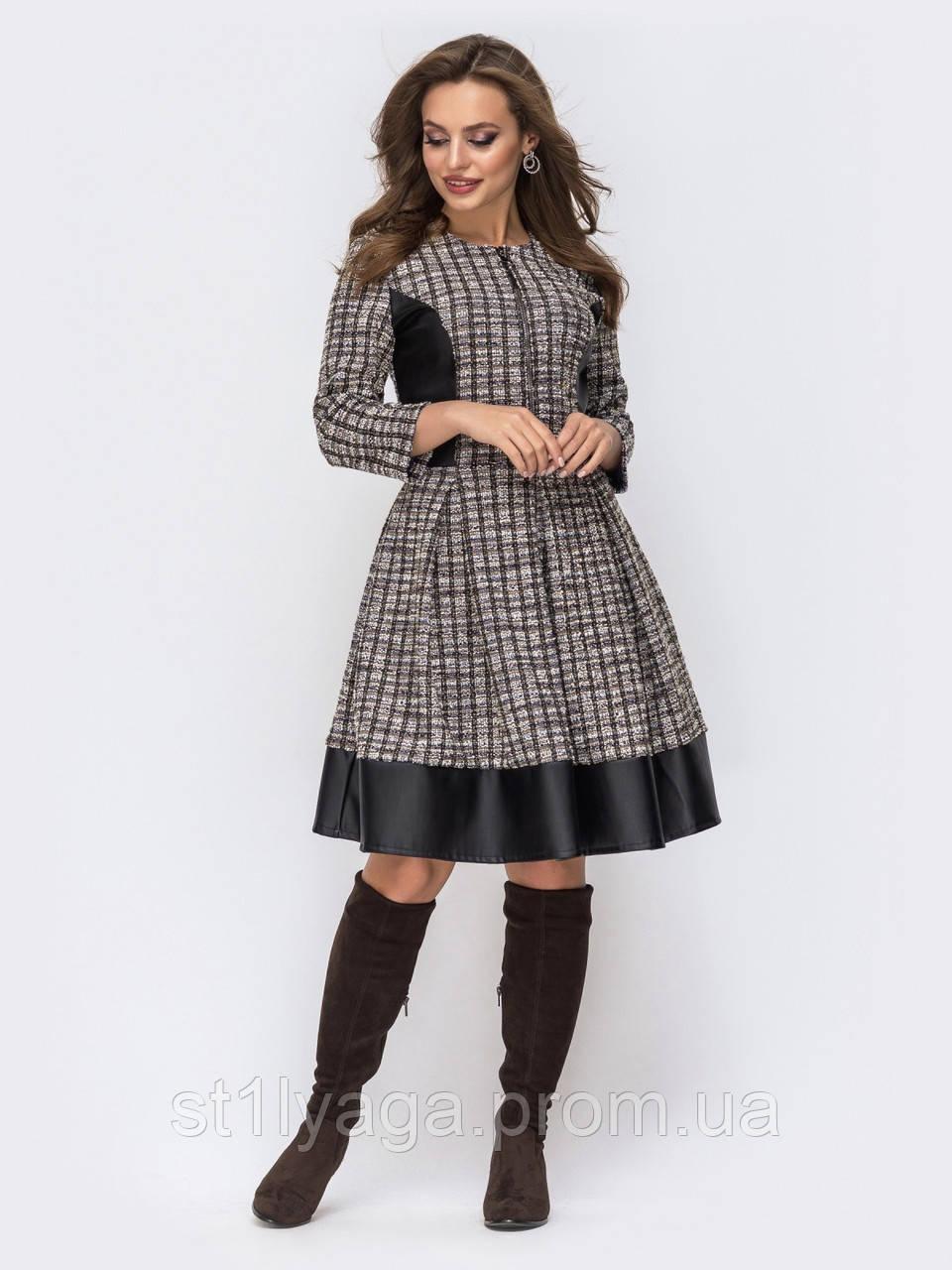 Расклешенное платье из трикотажа в клетку с контрастными вставками из кожи