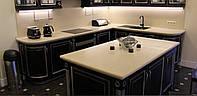 Кухни со столешницами из кварцевого и акрилового камня