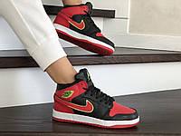 Женские зимние кроссовки черные с красным Nike Air Jordan 1 Retro 8677