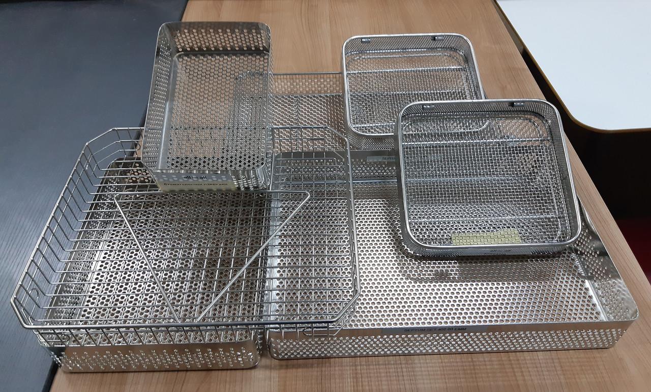 Металлические лотки для медицинских инструментов. нержавеющая сталь, подлежат стерилизации.