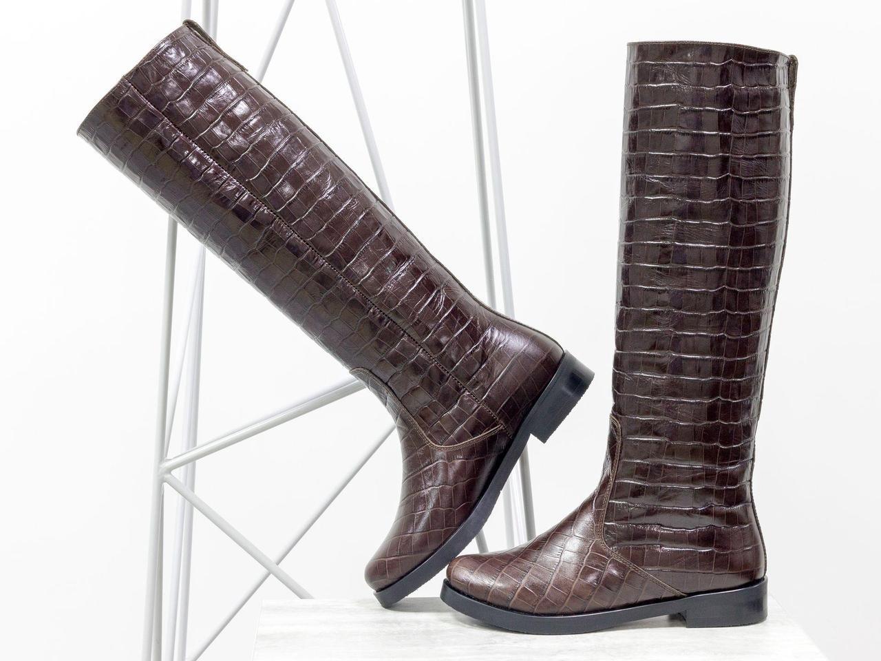Женские сапоги свободного одевания из натуральной блестящей кожи коричневого цвета с текстурой крокодил
