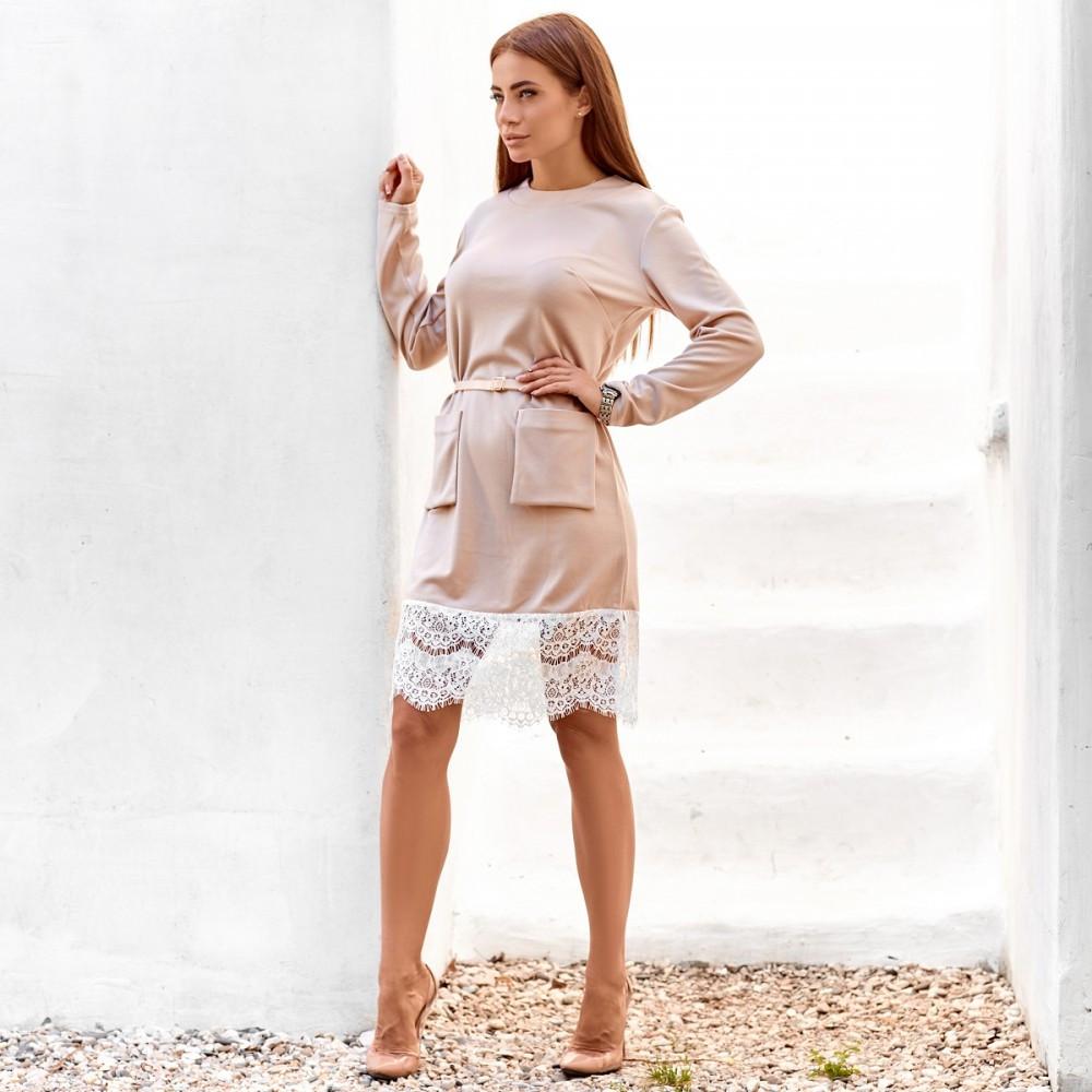 Женское закрытое платье с накладными карманами бежевое