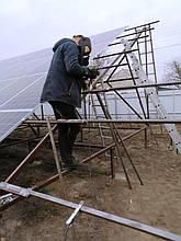 Наземная металлоконструкция с солнечными панелями.