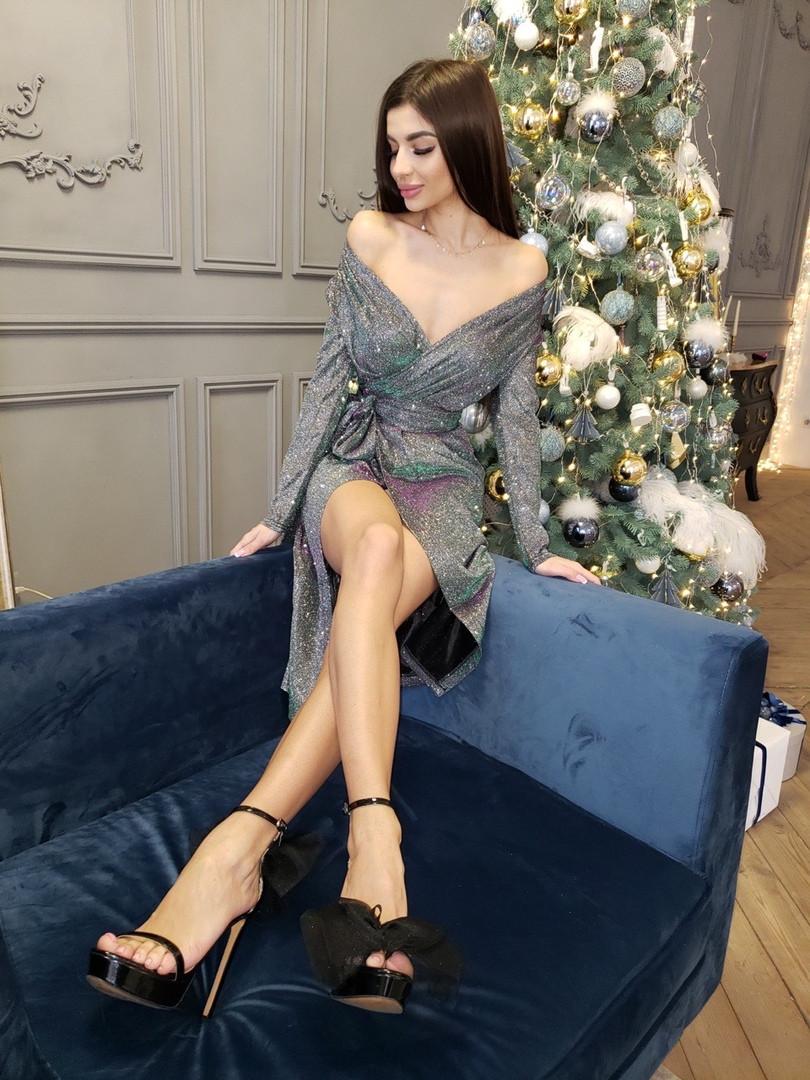 Голографическое платье с открытыми плечами и длинным рукавом tez7103403