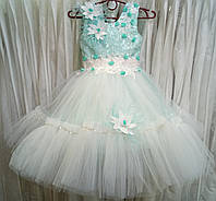 4.128 Нежное мятно-белое нарядное детское платье-маечка с цветами и перьями на 4-5 лет
