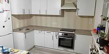 Угловая кухня с белыми фасадами_изготовленная под заказ.jpg