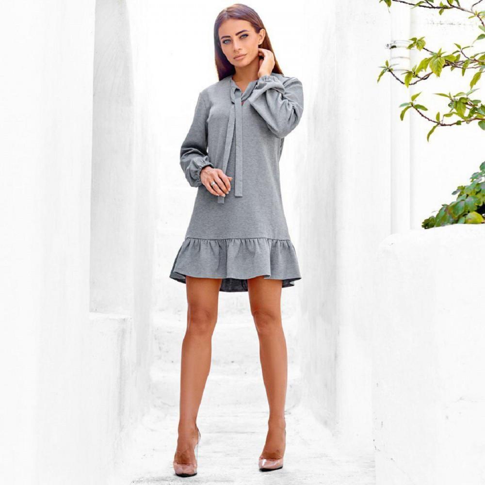 Женское платье с оборкой серое