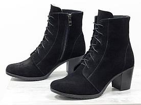 Ботинки на шнуровке и на устойчивом среднем каблуке из натуральной замши черного цвета