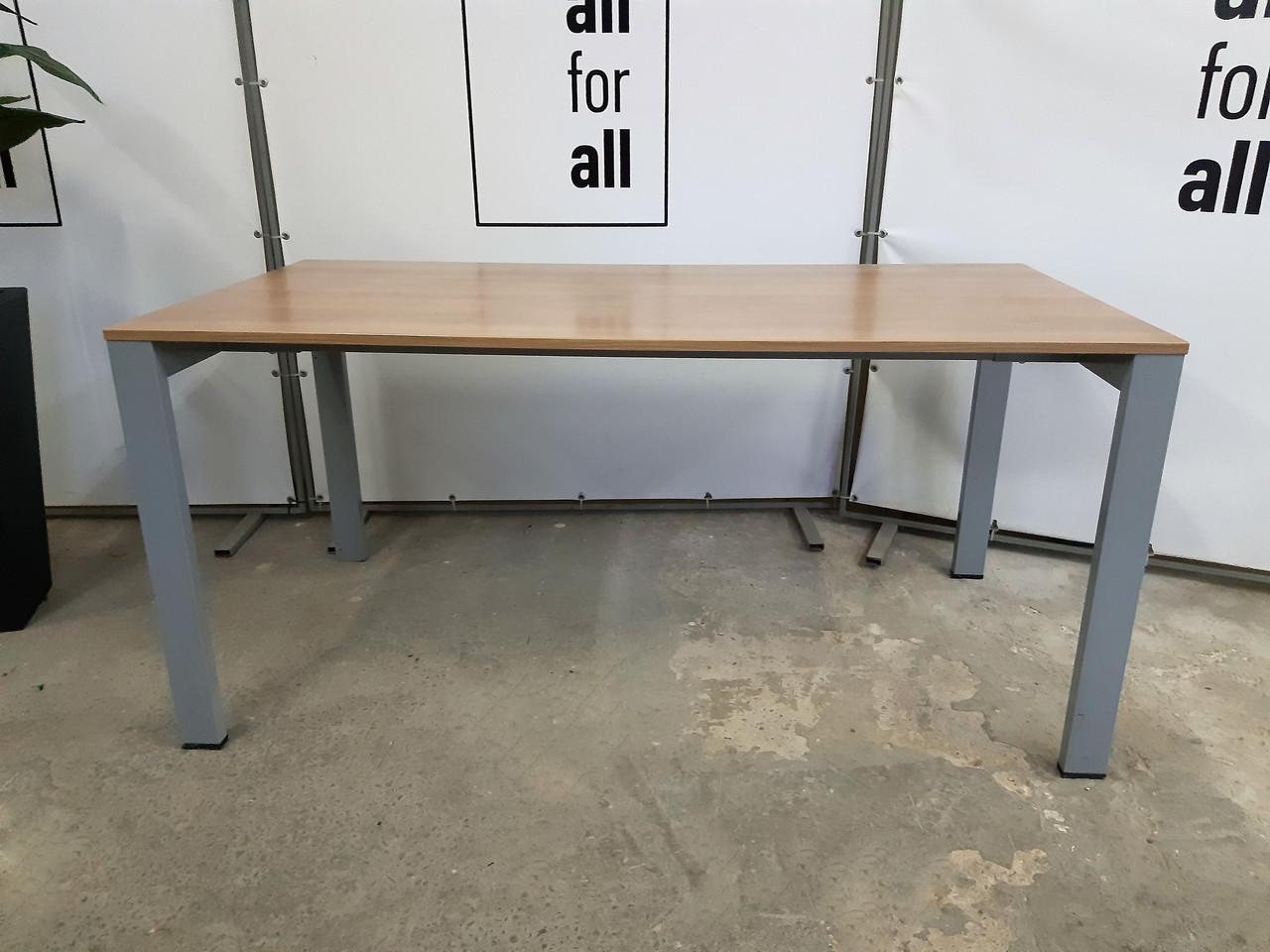 Стол б\у в хорошем состоянии с металлическими ножками, фото 1