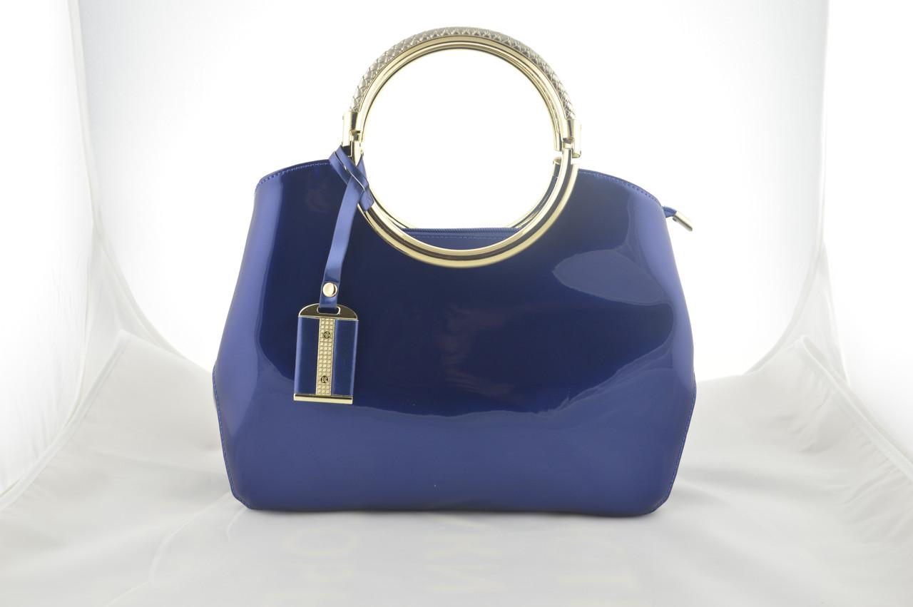 Женская синяя лаковая сумка сумочка держит форму