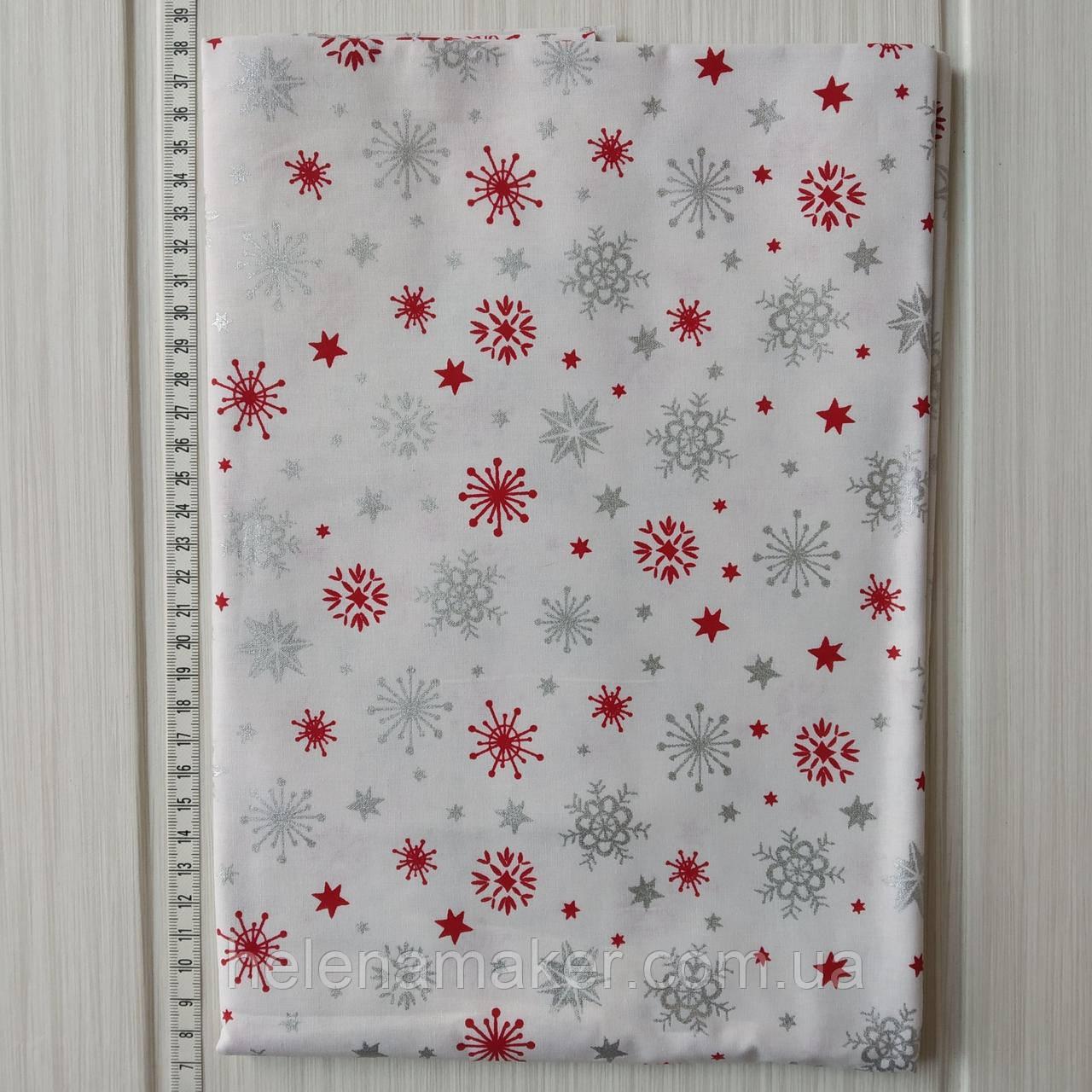 Хлопковая новогодняя ткань Серебряные и красные снежинки на белом фоне 40*50 см