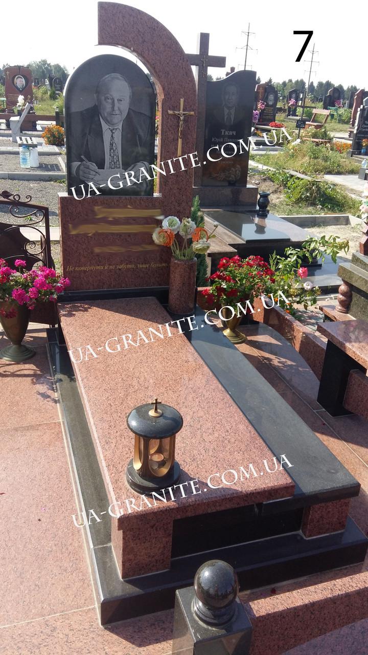 Комбінований  памятник із чорного та червоного граніту