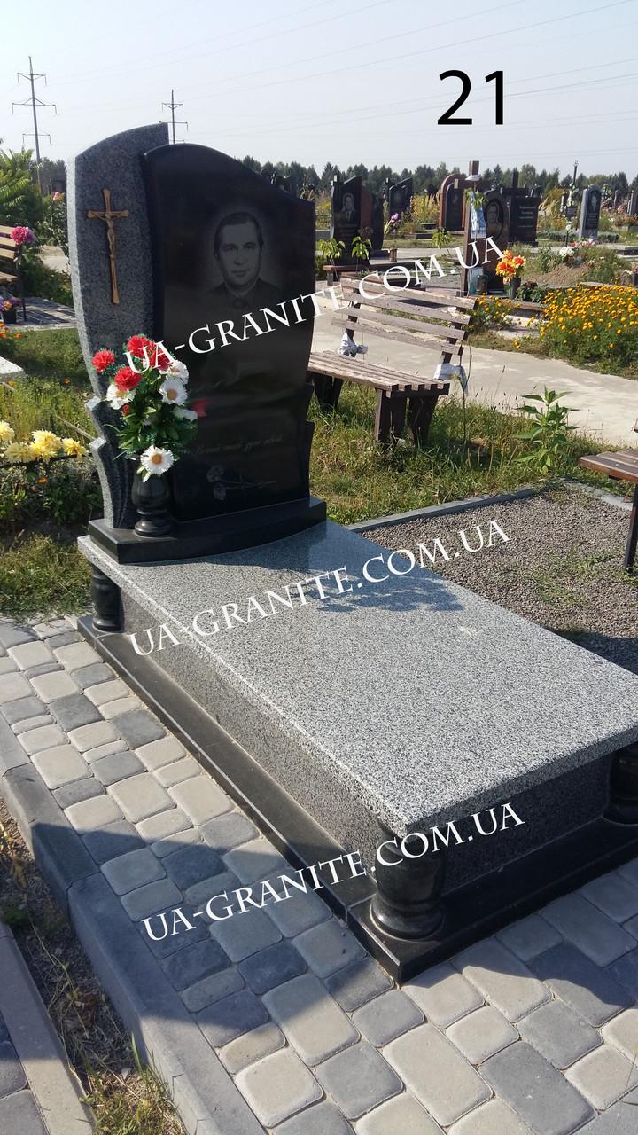 Комбинированный памятник на кладбище из серого гранита
