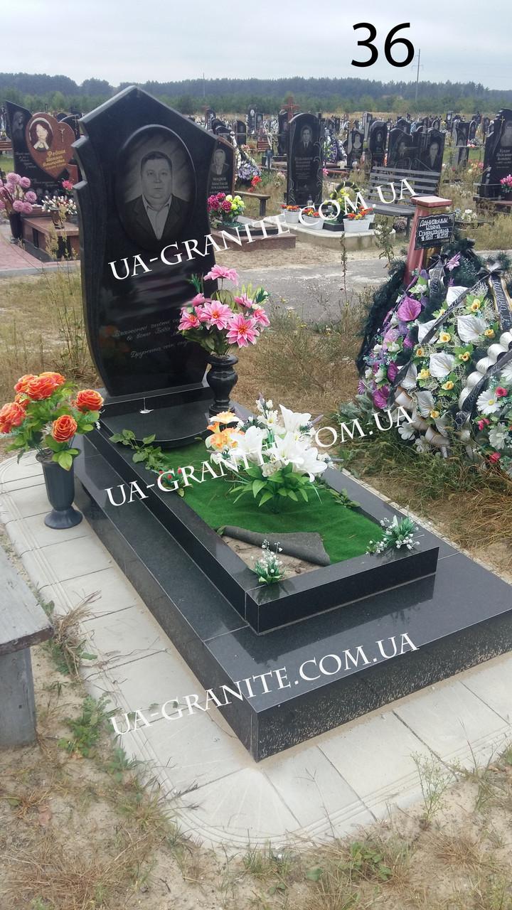Памятник с черным цветником гранита