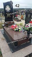 Мужской памятник с цветным цветником гранита