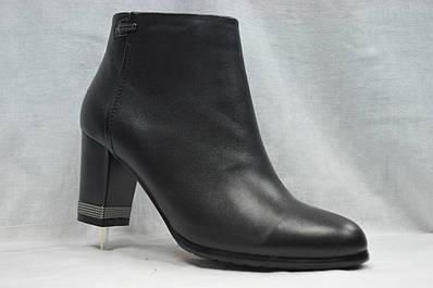 Черные замшевые  ботинки MALROSTTI с металлическими вставками на каблуке