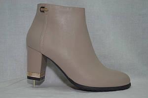 Бежевые кожаные  классические ботинки MALROSTTI с золотистой вставкой на каблуке