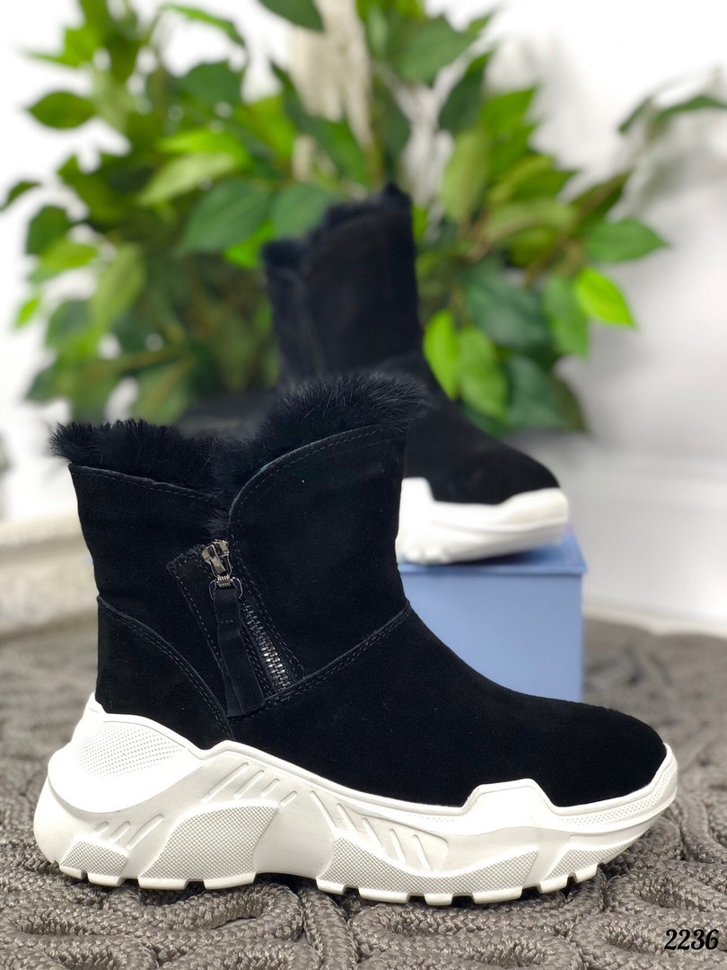 Зимние ботинки с опушкой на белой подошве натуральная замша